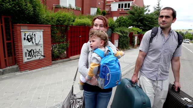 vídeos de stock e filmes b-roll de família de iniciar feriados - bagagem