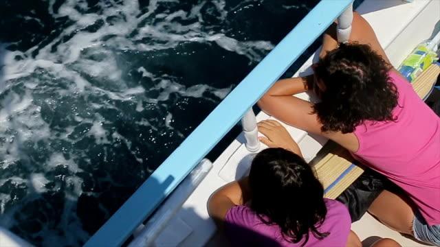 vídeos y material grabado en eventos de stock de vacaciones de verano familiares, paseo en barco. madre e hija adolescente sentado y disfrutando de - crucero vacaciones