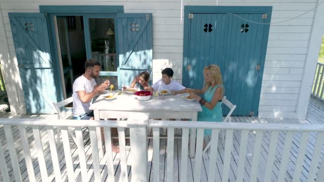 vídeos de stock, filmes e b-roll de verão em família - cabana casa