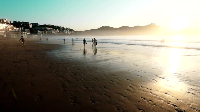 Familie Spaziergang bei Sonnenuntergang