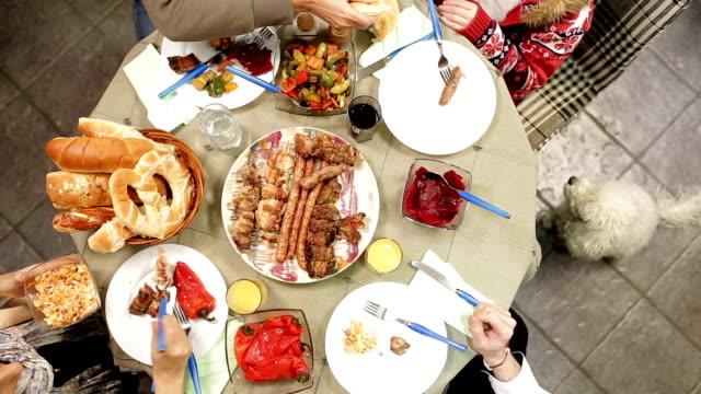 vídeos de stock, filmes e b-roll de mesa de família com alimentos de férias - buffet refeições
