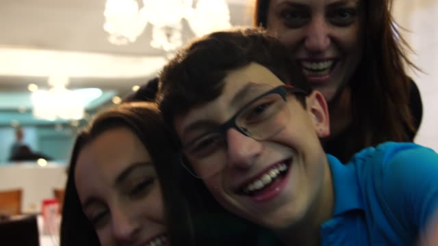 vídeos de stock e filmes b-roll de family taking a selfie at home - filho