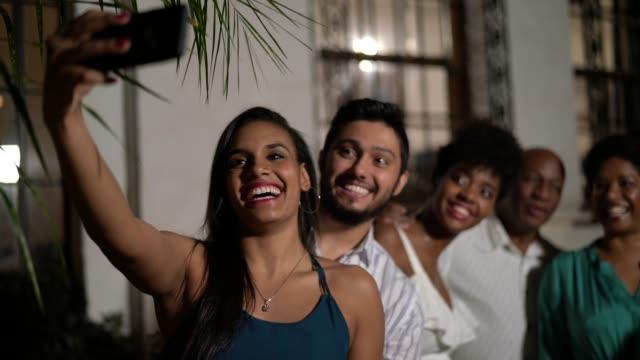 vídeos de stock, filmes e b-roll de tomando uma selfie comemorando o ano novo em casa de família - social gathering