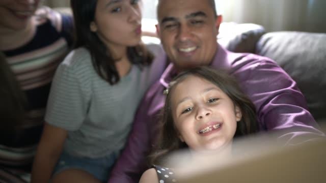 vídeos de stock, filmes e b-roll de família tirando selfie com tablet em casa - aconchegante