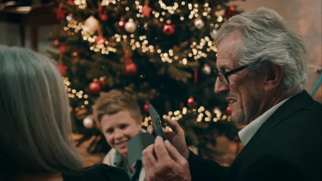vidéos et rushes de famille de prendre des photos pour le réveillon de noël - appareil photo