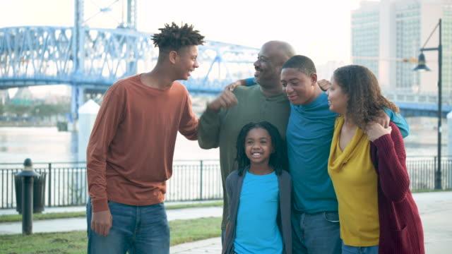 familie, drei kinder, die zusammen am wasser stehen - 35 39 years stock-videos und b-roll-filmmaterial