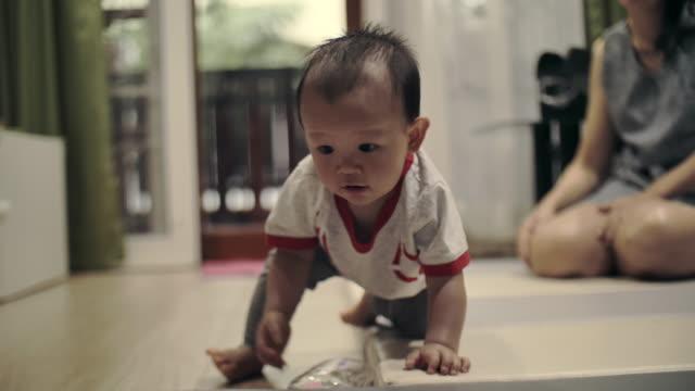 vídeos de stock e filmes b-roll de family time at home - jogo do galo