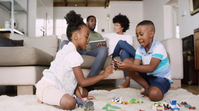 銃後の家族の時間 - 床に座る点の映像素材/bロール