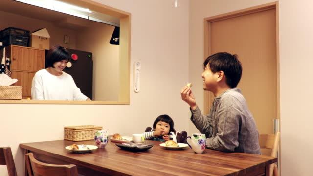 family to eat breakfast - 団らん点の映像素材/bロール
