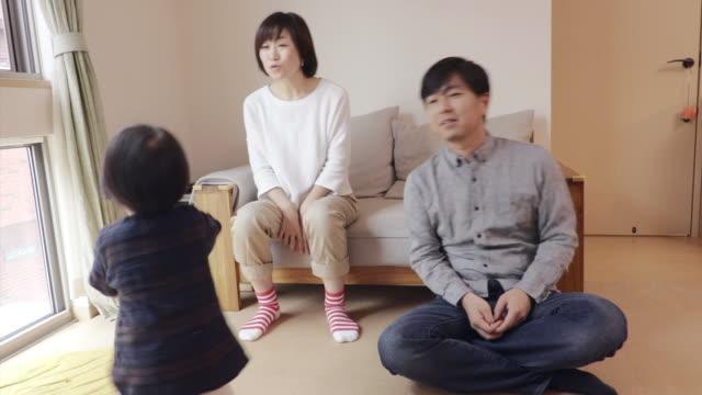family to play while watching tv - 団らん点の映像素材/bロール
