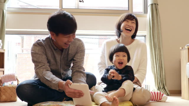 family to see the video in the tablet - 両親点の映像素材/bロール