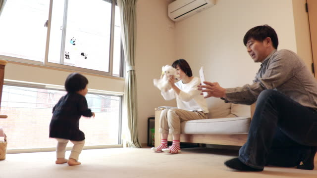 family to take the child's image in the tablet - 3人点の映像素材/bロール