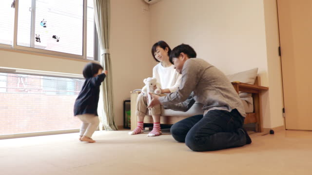 Family to take the child's image in the tablet