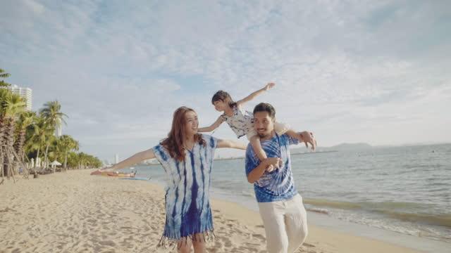 vídeos de stock e filmes b-roll de family travel beach - membro humano