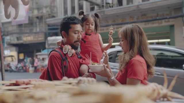 vídeos de stock e filmes b-roll de family travel chinatown - chinese culture