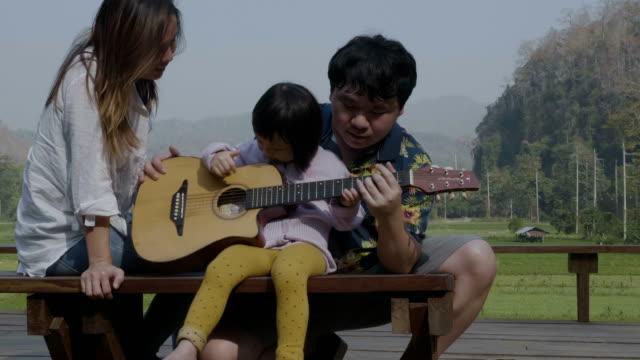 vídeos de stock, filmes e b-roll de música e viagem em família - violão acústico