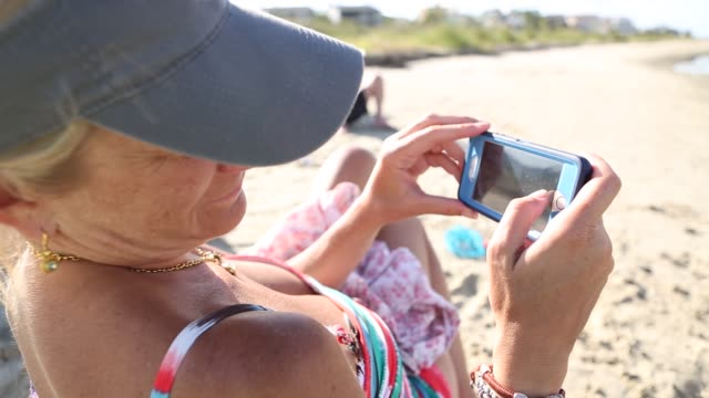 family vacation at the beach - sonnenschild stock-videos und b-roll-filmmaterial