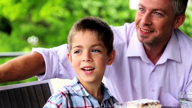stockvideo's en b-roll-footage met family vacation - familie met drie kinderen