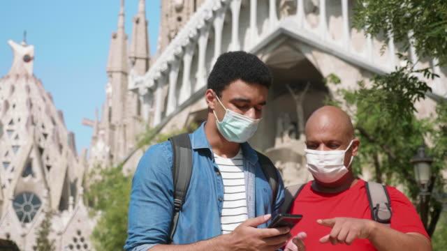 vídeos de stock, filmes e b-roll de férias familiares visitando barcelona na hora do covid-19 - igreja