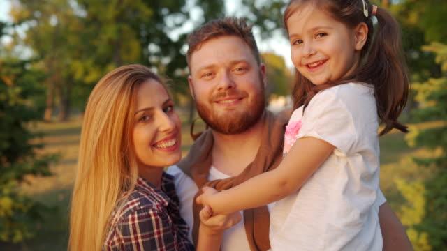 vidéos et rushes de famille - famille avec un enfant