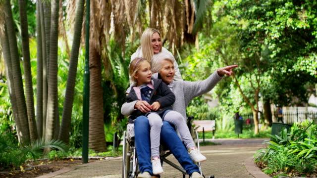 stockvideo's en b-roll-footage met familiebezoek hoeft niet te gebeuren thuis - handicap
