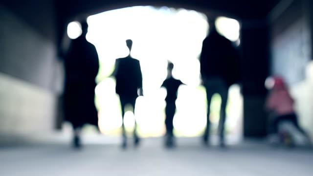 famiglia cammina insieme in tunnel - five people video stock e b–roll