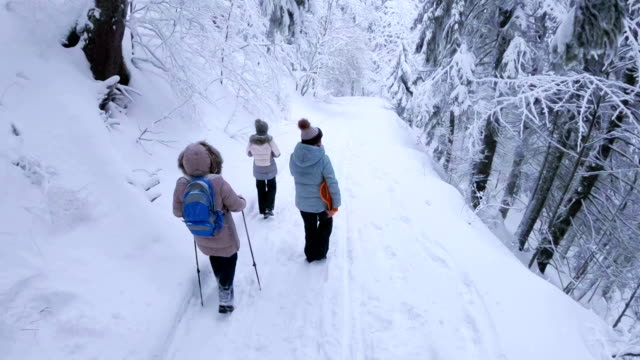 Familie Wandern im verschneiten Winterwald