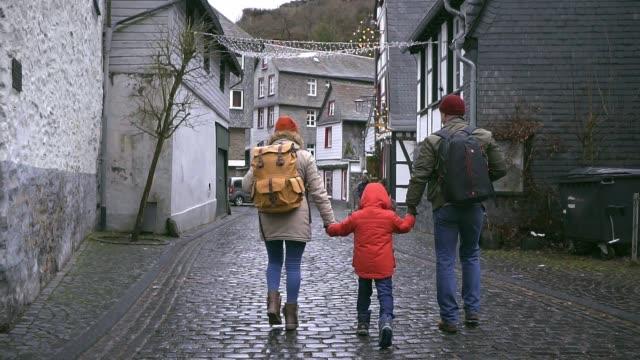 familie zu fuß in der altstadt in monschau - gemeinsam gehen stock-videos und b-roll-filmmaterial
