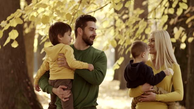 Familjen promenader i parken hösten
