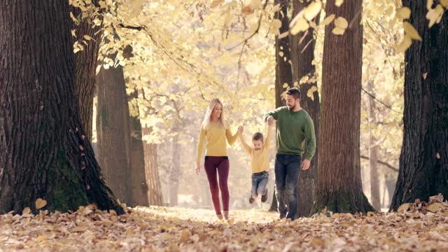 Familie gehen im Herbst-park