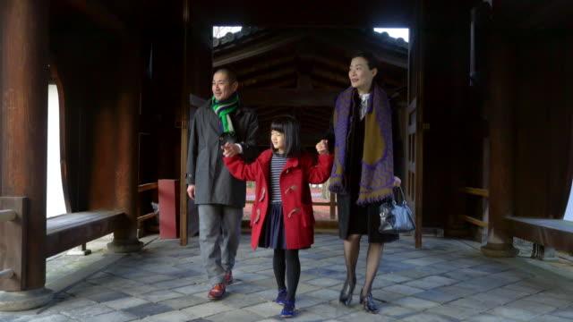 日本の寺院を歩く家族 - 両親点の映像素材/bロール