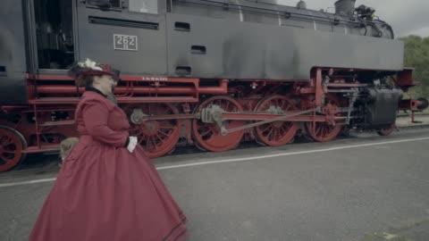 vídeos y material grabado en eventos de stock de familia caminar a través de la yarda del tren - estilo victoriano