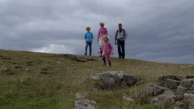 vidéos et rushes de famille marcher ensemble - famille avec quatre enfants