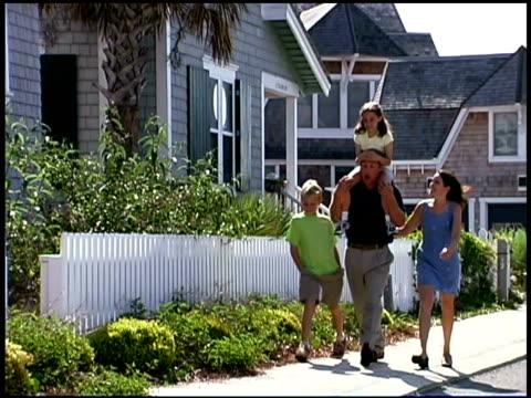 family walking - gemeinsam gehen stock-videos und b-roll-filmmaterial