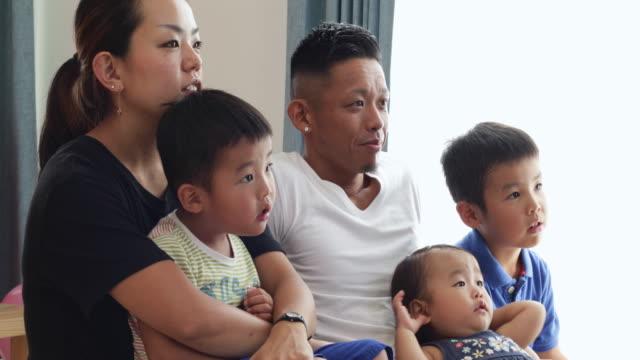 家族は、何かを見てします。 - リビング点の映像素材/bロール