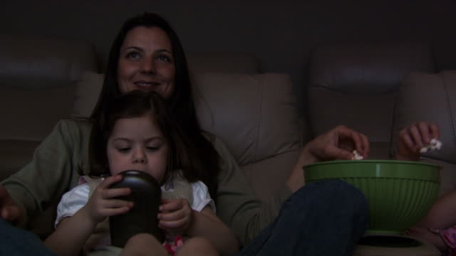 family watching television - familie mit vier kindern stock-videos und b-roll-filmmaterial