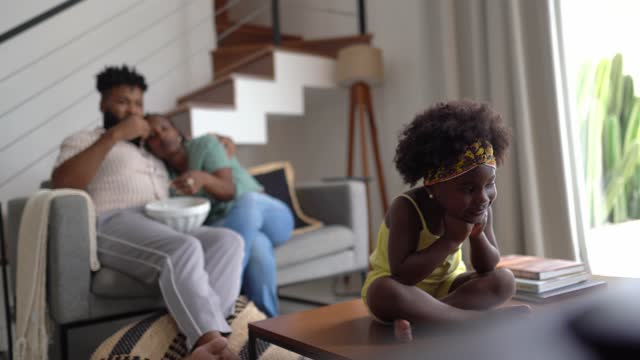vídeos de stock, filmes e b-roll de família assistindo tv em casa - dois genitores