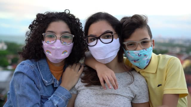 family wearing n95 mask outdoors - family with two children stock videos & royalty-free footage