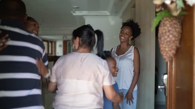 vídeos y material grabado en eventos de stock de familia dando la bienvenida a los abuelos en la puerta de casa - visit