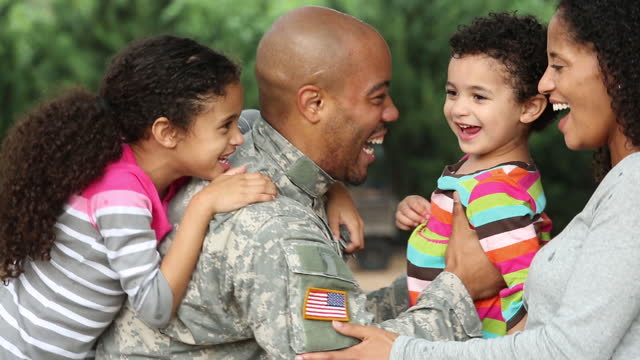 vidéos et rushes de family welcoming home military father/husband - soldat