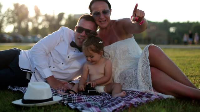 familie mit einem baby im freien genießen, elegante kleidung hochzeit - fotografische themen stock-videos und b-roll-filmmaterial