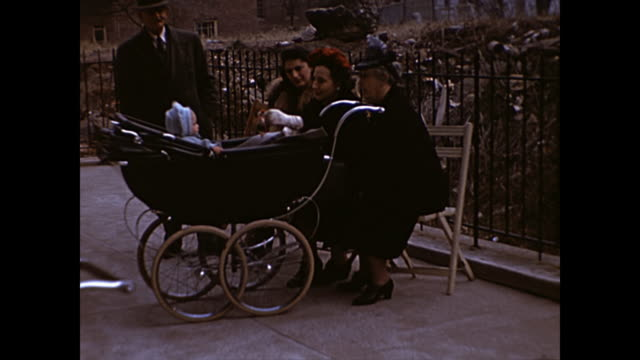 vidéos et rushes de 1945 family with baby in stroller pose for camera - home movie - petit enfant