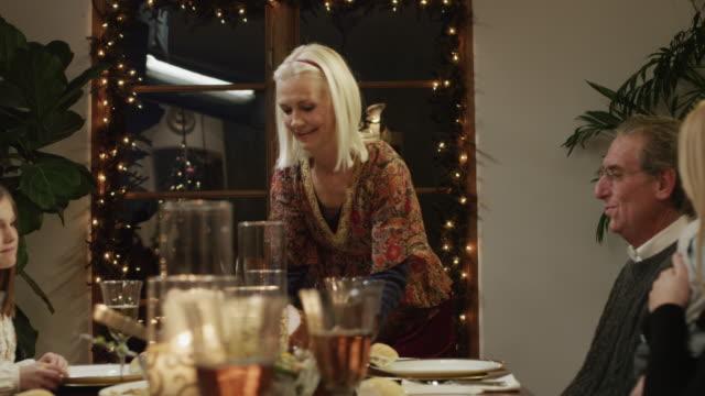vidéos et rushes de ms ds family with children (2-5 months,2-9 years) having christmas dinner / cedar hills,utah,usa - 2 5 mois