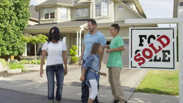 """familie mit """", verkauft für verkauf real estate sign - immobilienschild stock-videos und b-roll-filmmaterial"""