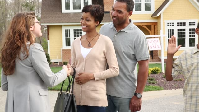 vidéos et rushes de ms family with realtor buying new suburban home - acheter