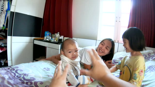 pov: 家族の寝室で一緒に楽しい 2 つの子 - オフショット点の映像素材/bロール