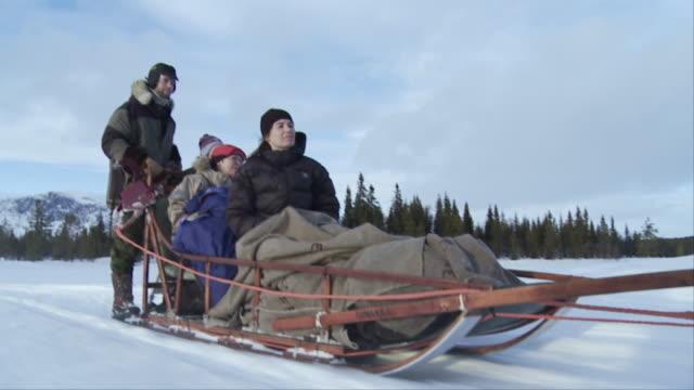 vidéos et rushes de slo mo, ms, family with two children (12-17 months, 6-7) dog sledding, hemsedal, norway - 12 17 mois