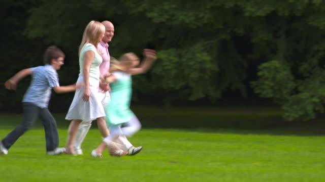 HD: Familie mit zwei Kindern im Park