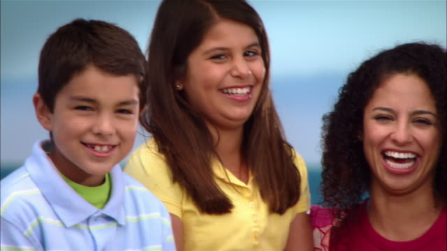 cu, pan, family with two children (8-9, 10-11) laughing, portrait, leffingwell park, cambria, california, usa - 10 11 år bildbanksvideor och videomaterial från bakom kulisserna