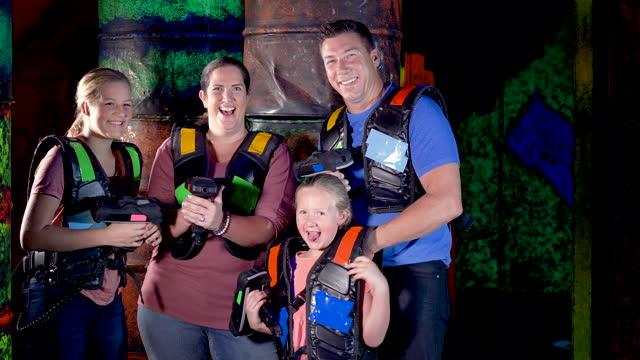 vidéos et rushes de famille avec deux enfants jouant l'étiquette de laser - laser